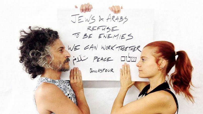 «Juifs et Arabs refusent d'être ennemis. Nous pouvons travailler ensemble». Message posté sur les réseaux sociaux via le hashtag #JewsAndArabsRefuseToBeEnemies.