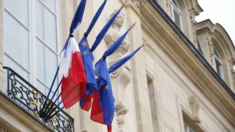 Il a beau être l'emblème national, le drapeau tricolore et sa mise en berne sont encore très peu encadrés par la loi.