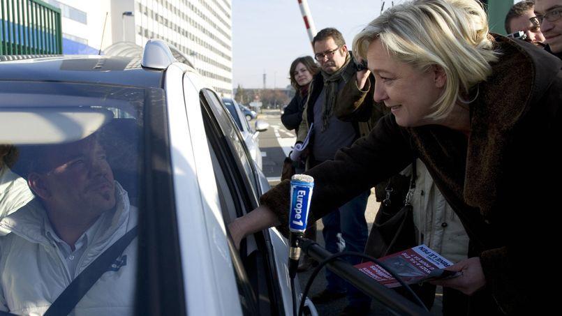 Marine le Pen entend séduire les automobilistes à la veille du grand chassé-croisé des vacances d'été.