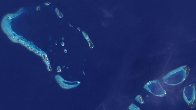 Les îles atolliennes sont nées il y a quelques milliers d'années en s'élevant avec le niveau de la mer lorsque les vagues y dépose du sable.