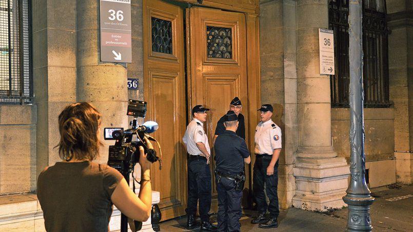 Devant l'entrée du 36, quai des Orfèvres, jeudi soir à Paris.