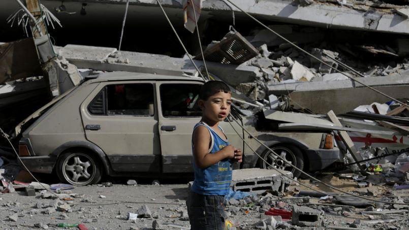 Un enfant palestinien marche parmi les ruines, à Sabra, le 31 juillet.