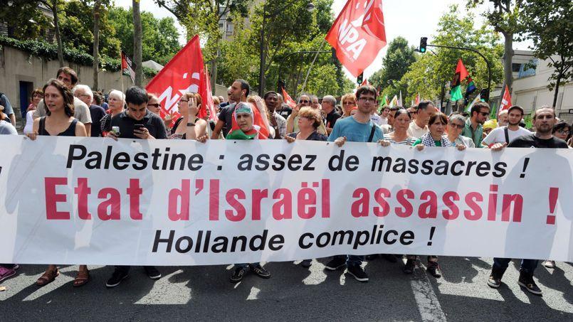 «Israël assassin, Hollande complice», scandent de nombreux manifestants qui ont répondu à l'appel du Collectif national pour une paix juste et durable entre Palestiniens et Israéliens.