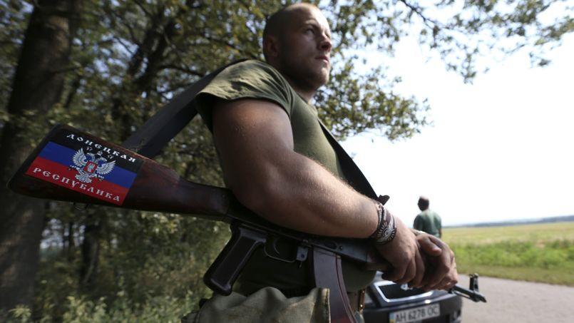 Un milicien prorusse surveille, lundi, un point de passage dans le village de Rozsypne, aux environs de Donetsk.