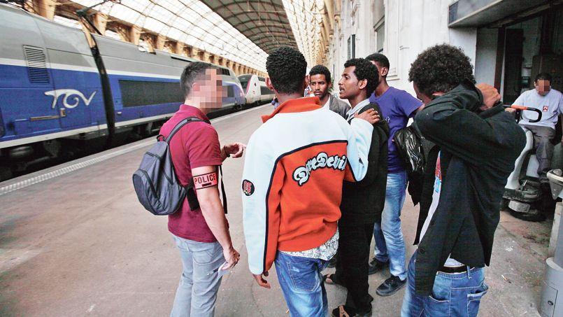 Des réfugiés érythréens, passés par l'Italie, sont contrôlés en gare de Nice, le 22 juin 2014.