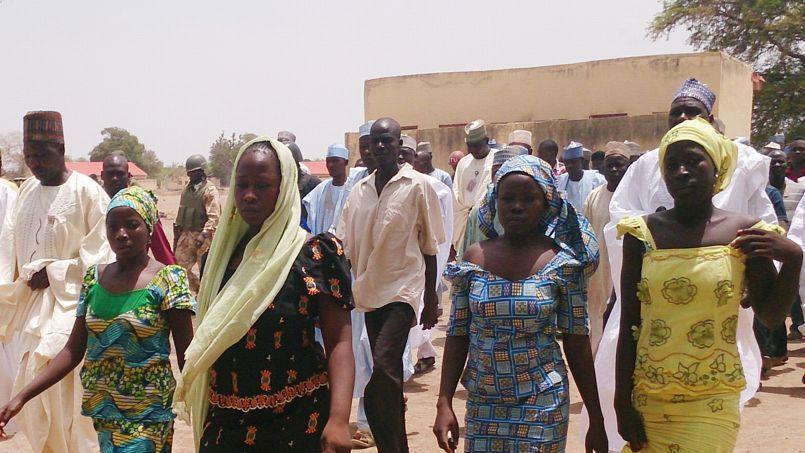 Quatre des lycéennes qui avaient échappé au kidnapping, dans les rues de Chibok, le 21 avril.