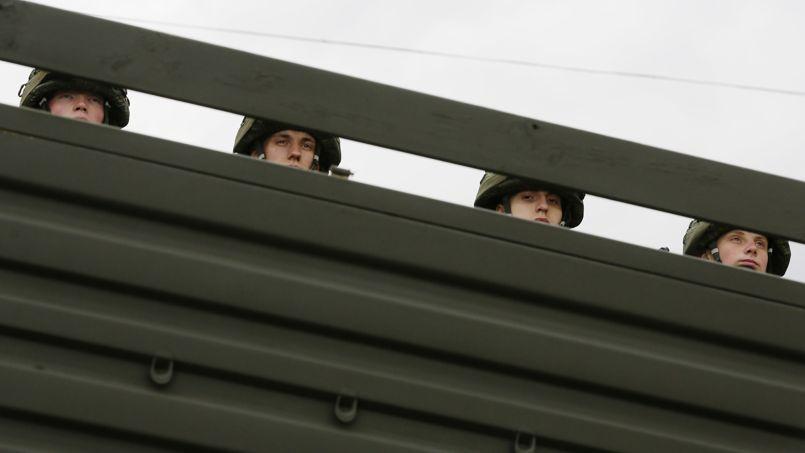 Les quelque 20.000 hommes présents à la frontière orientale de l'Ukraine seraient des unités d'infanterie et d'artillerie, mais aussi des forces spéciales et des troupes logistiques, soutenues par des systèmes de défense aérienne.
