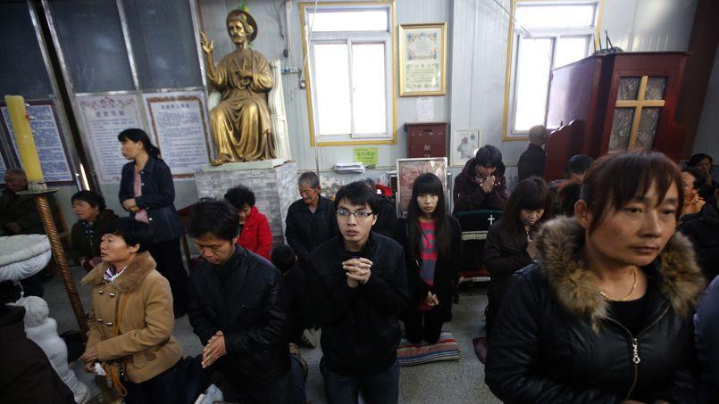 Des Chinois chrétiens prient dans une église de Tianjin en novembre 2013.
