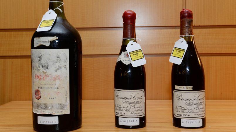 Trois bouteilles utilisées comme preuves dans le procès de Rudy Kurniawan à New York. Crédits Photo: AFP Photo / Stan Honda