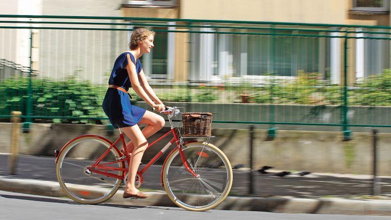 Cette Parisienne, qui enfourche son deux-roues pour se rendre à son travail dans Paris, bénéficie d'une «indemnité kilométrique vélo».