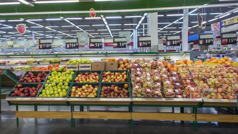 Un rayon de fruits et légumes européens dans un supermarché de Novosibirsk,en Sibérie.