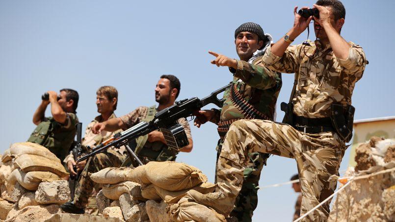 Des Peshmergas kurdes irakiens prennent position, mardi, sur la ligne de front aux environs de Bachiqa, une petite ville située à une quinzaine de kilomètres au nord-est de Mossoul.
