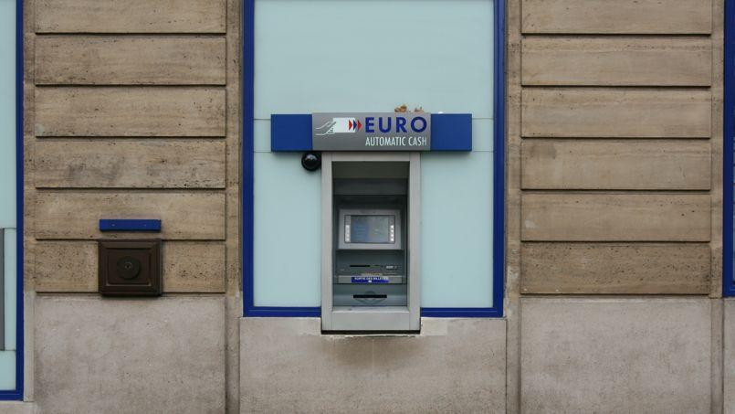 L'homme de 34 ans dissimulait derrière une façade factice un lecteur de carte miniaturisé qui lui permettait de récupérer les coordonnées bancaires des clients. Photo d'illustration.