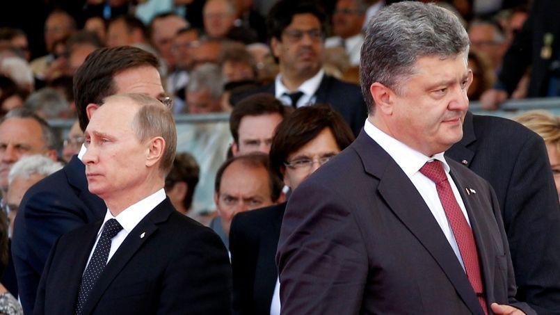 Le président ukrainien, Petro Porochenko, passe devant Vladimir Poutine pendant les cérémonies marquant le 70eanniversaire du Débarquement en Normandie, le 6juin dernier, à Ouistreham.