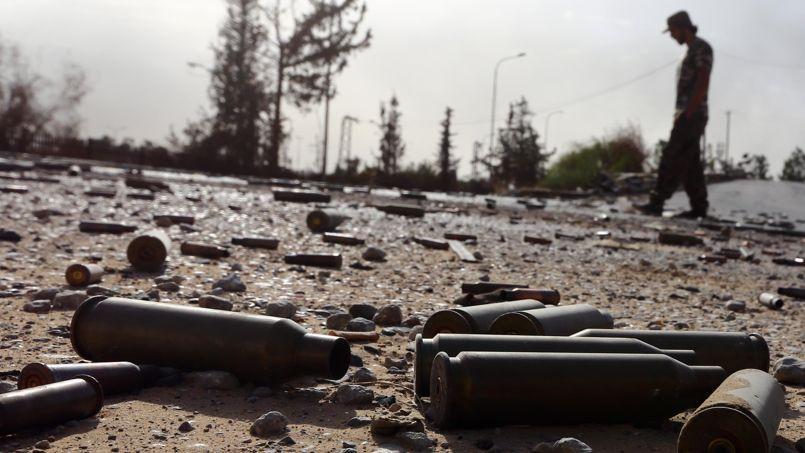 Des douilles de gros calibre traînent sur le sol aux abords de l'aéroport international de Tripoli, pris samedi soir par une coalition des brigades de Misrata et des fondamentalistes.