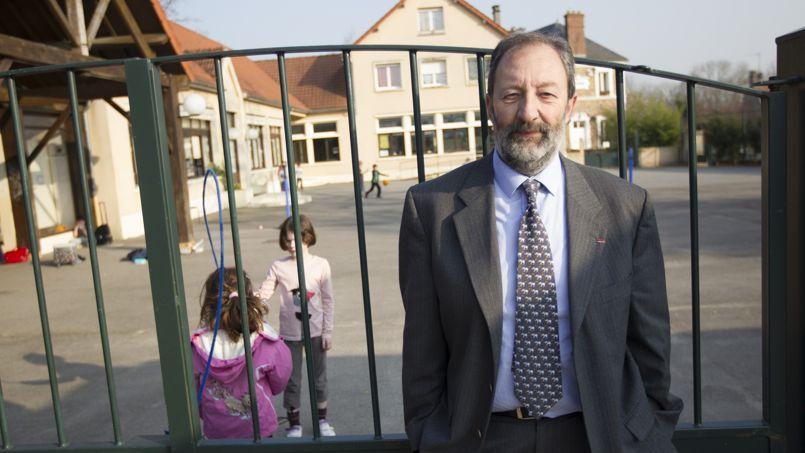 «Nous boycotterons le mercredi jusqu'à ce que le Conseil d'État rende un avis sur notre recours», assure Christian Schoettl, le maire de Janvry dans l'Essonne, ici devant l'école communale.