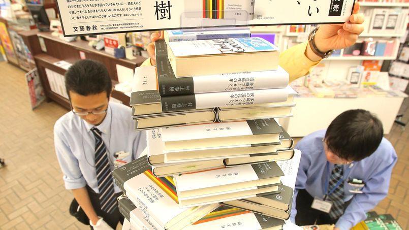 Des exemplaires du dernier Murakami sont empilés dans une librairie japonaise, le 11 avril 2013.