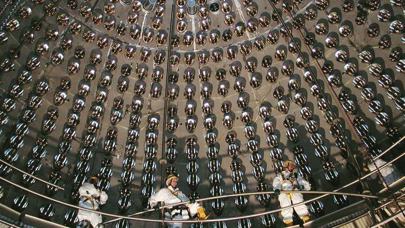 Le coeur du détecteur Borexino: une sphère en nylon contenant 300 tonnes de liquide scintillant, dans une enceinte de 20 mètres de diamètre (ANFN/NASA).