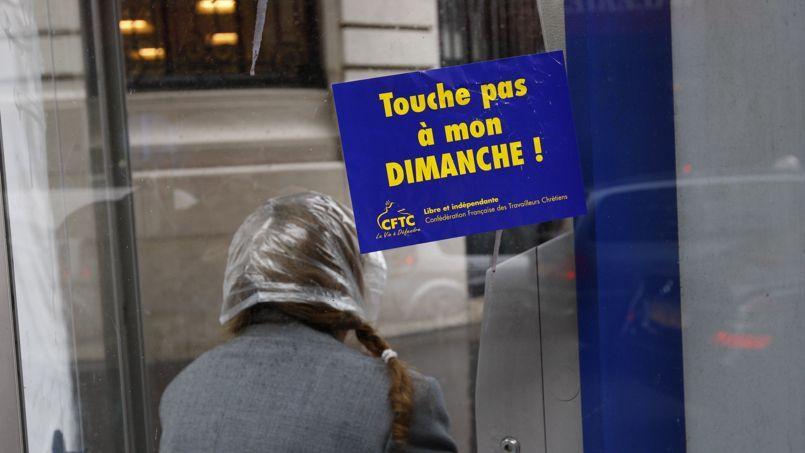 Affiche contre le travail le dimanche de la CFTC, devant les Galeries Lafayette, en 2009.