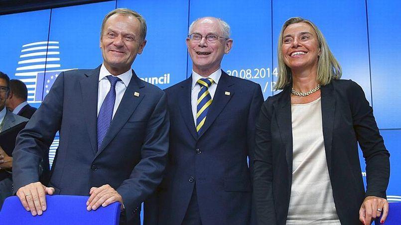 Le nouveau président du conseil européen Donald Tusk et la nouvelle ministre des Affaires étrangères Federica Mogherini encadrent le président du conseil sortant Herman Van Rompuy, le 30 août 2014 à Bruxelles.