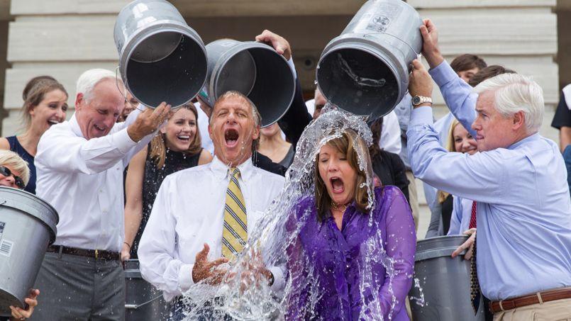 Plusieurs personnalités politiques américaines, comme ici le gouverneur du Tennessee et sa femme, se sont livrées à l'Ice Bucket Challenge.