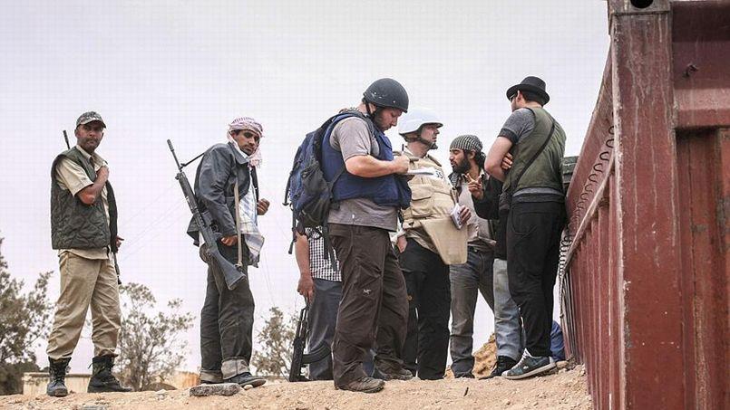 Le journaliste Steven Sotloff (au centre) lors d'un reportage en Libye dans la région de Misrata, en 2011.
