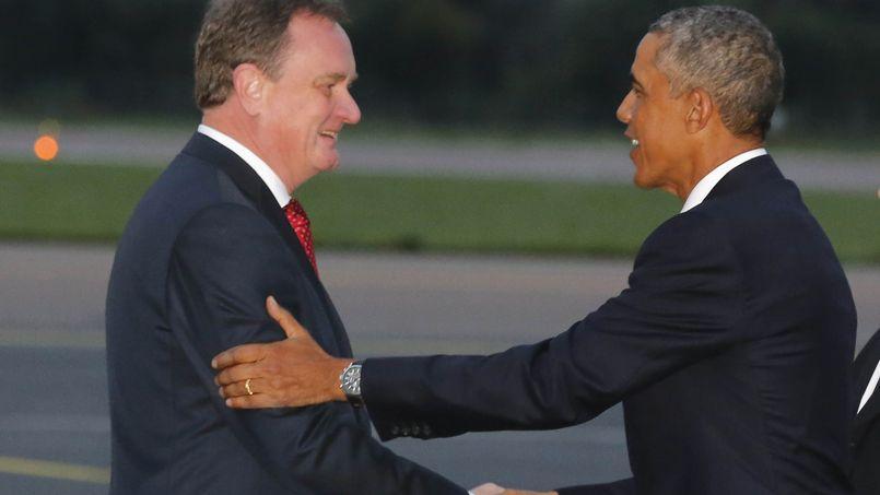 Le président américain accueilli par le ministre des affaires étrangères estonien Urmas Paet à l'arrivée à l'aéroport de Tallinn, ce mercredi en Estonie