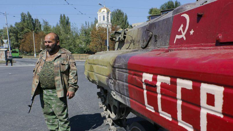 Un séparatiste prorusse et son char, mardi, à Donetsk, dans l'est de l'Ukraine.