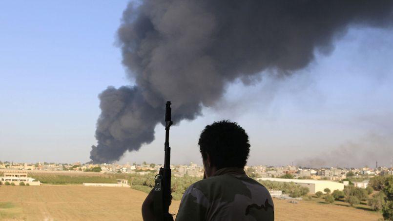 Un membre de la tribu Zintan face aux combats de Tripoli, début août.