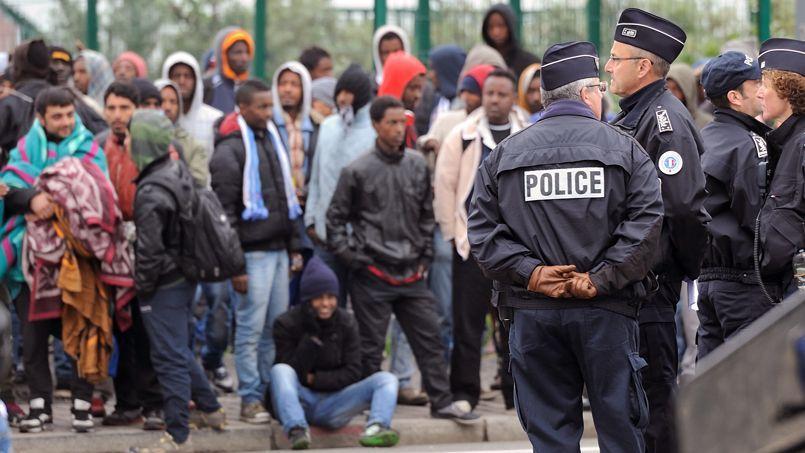 Policiers et immigrés clandestins à Calais, le 5 août.