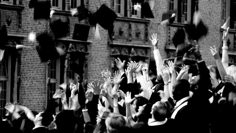 43,6 % des Français entre 30 et 34 ans sont diplômés de l'enseignement supérieur pour une moyenne européenne de 35,8 %.