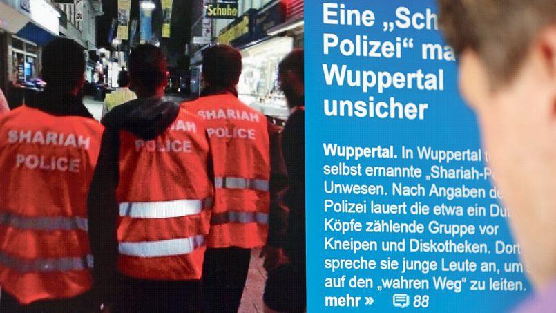 Sur une vidéo postée sur Internet, on voit cinq hommes poser fièrement à Wuppertal avec des chasubles orange fluo portant l'inscription «Police de la charia»