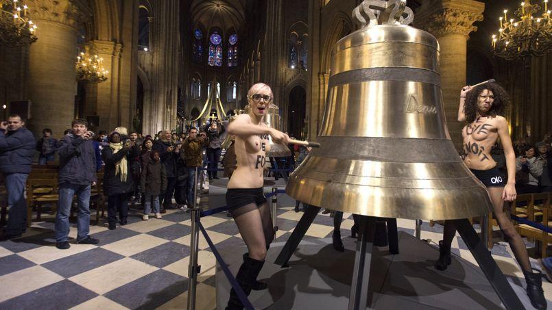 Les Femen manifestent autour de la cloche de Notre-Dame de Paris, en février 2013.