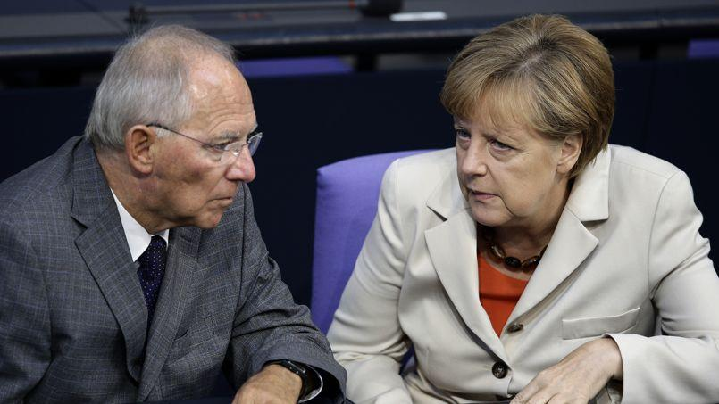 Le ministre des Finances allemand Wolfgang Schäuble et la chancelière Angela Merkel en discussion au Bundestag, le 11 septembre.