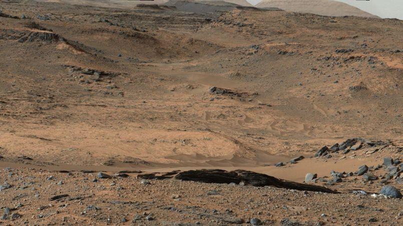 Curiosity va se diriger vers «Pahrump Hills», une zone de roches claires, ici au centre de l'image.