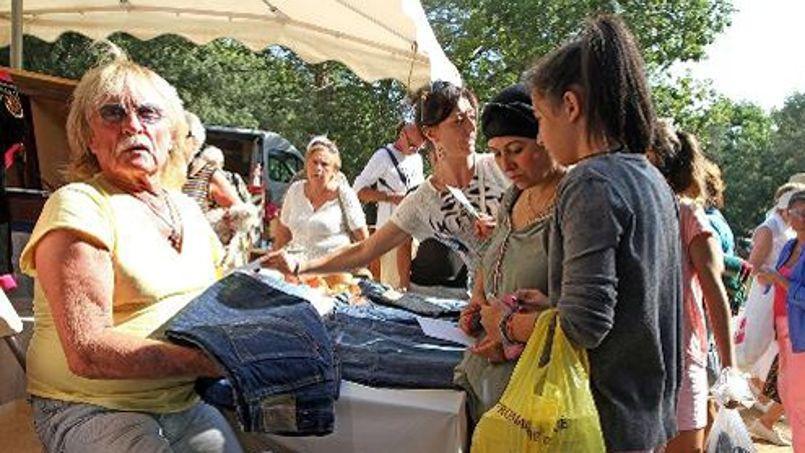 Le chanteur christophe vend ses pantalons dans une brocante for Brocante dans 60