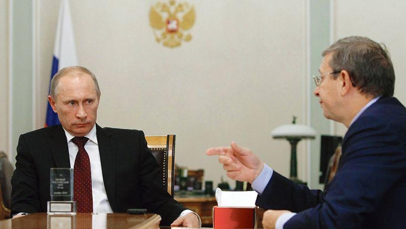 Vladimir Poutine et le patron du holding Sistema, Vladimir Evtouchenkov, le 28 octobre 2010, dans la résidence du président russe à Novo-Ogaryovo, près de Moscou.