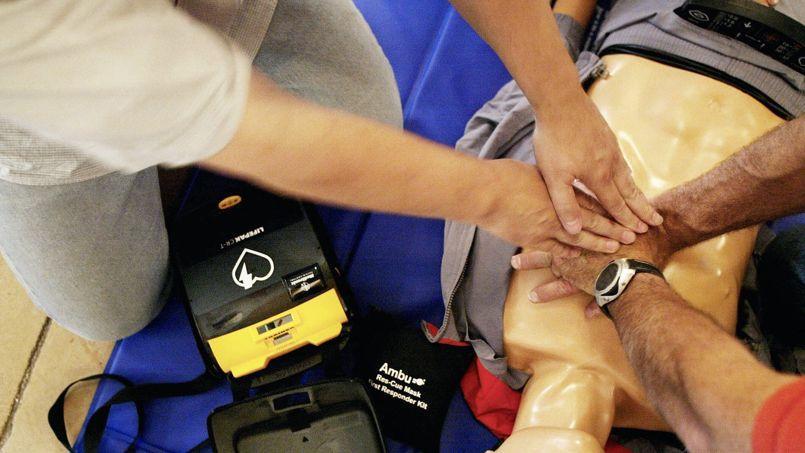 Aujourd'hui, «seuls 17% des Français» connaissent vraiment les gestes qui sauvent en cas d'accident, selon la Croix-Rouge.