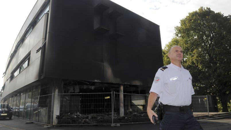 Le centre des impôts de Morlaix incendié. Les agriculteurs ont également déversé des tonnes d'artichauts et de pommes de terre.