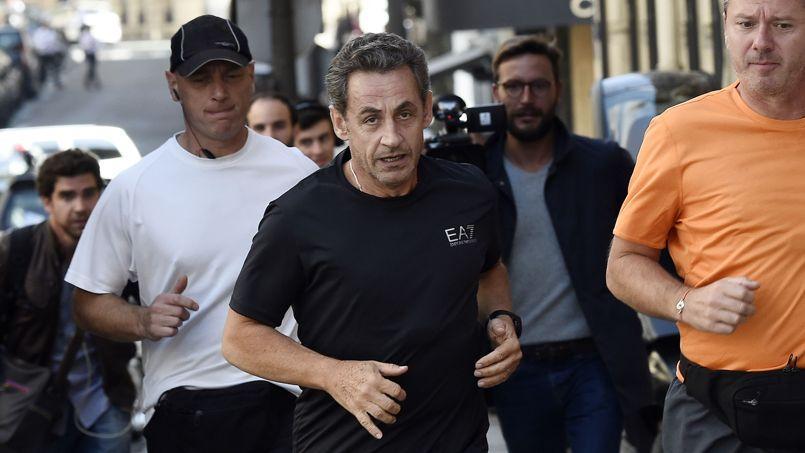 Nicolas Sarkozy mardi en plein jogging dans les rues de Paris.