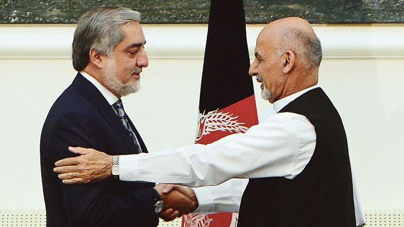 Le président afghan Ashraf Ghani (à droite) et son rival Abdullah Abdullahaprès la conclusion de leur accord, dimanche 21 septembre au palais présidentiel de Kaboul.