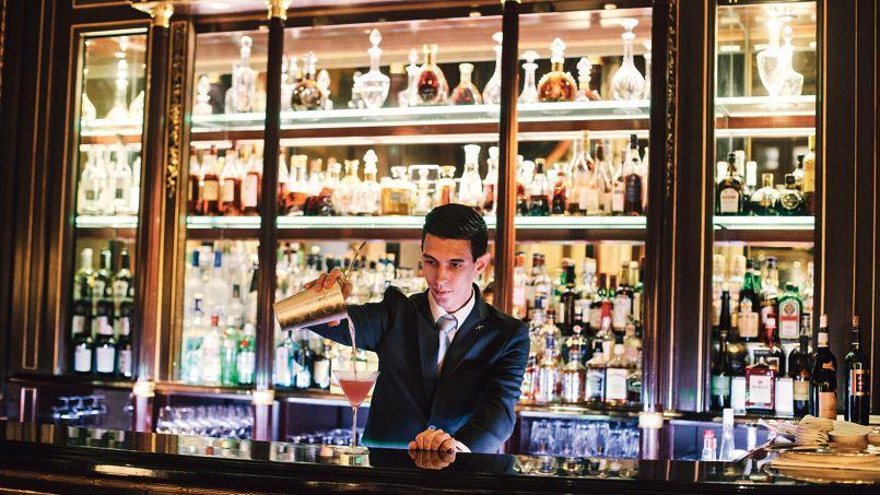 Le mythique bar 228 du Meurice bat les records en termes d'ambiance et de qualité des cocktails servis avec les accompagnements les plus élaborés.