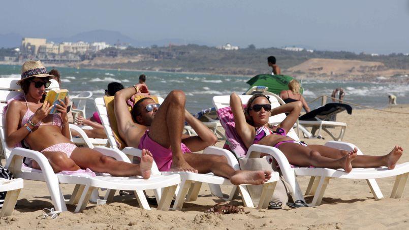 Des touristes sur une plage tunisienne.