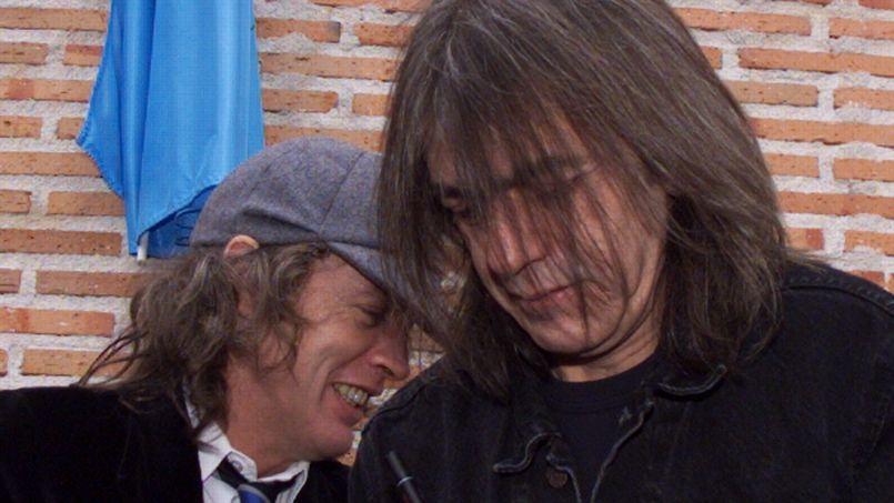 Malcom Young (à droite), et son frère Angus, fondateurs des AC/DC