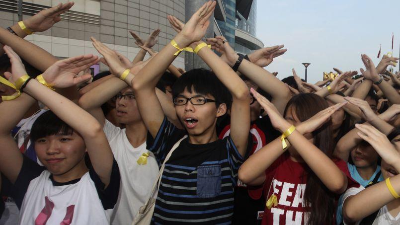 Des étudiants hongkongais croisent leur bras en signe d'opposition
