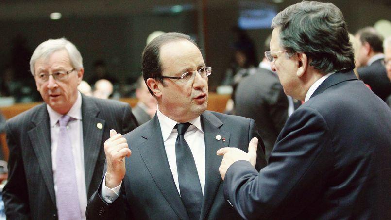 François Hollande entouré du président de la Commission européenne José Manuel Barroso (à droite) et de son successeur, Jean-Claude Juncker (à gauche).