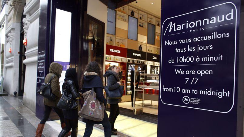 La boutique du parfumeur des Champs-Élysées est actuellement ouvert tous les jours jusqu'à minuit.