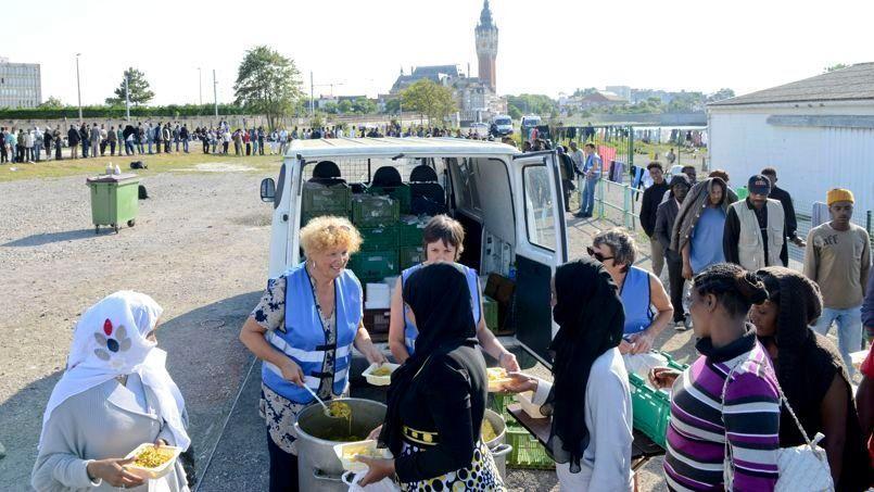 Distribution de repas quai de Moselle, le 8 août à Calais. Crédit Photo: Edouard de Mareschal/LE FIGARO