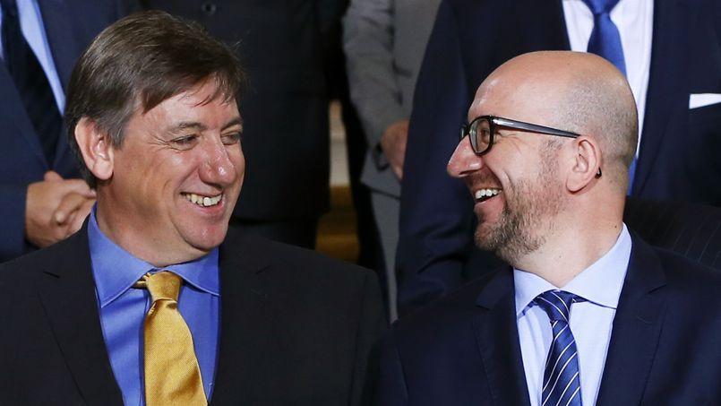 Le nouveau ministre de l'Intérieur, Jan Jambon (ici à gauche), fait partie des trois personnalités issues de partis flamands désignées par le premier ministre libéral Charles Michel (ici à droite).