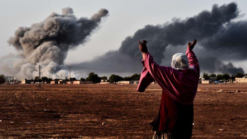 Une femme face aux bombardements américains des militants de l'État islamique, à Kobané.
